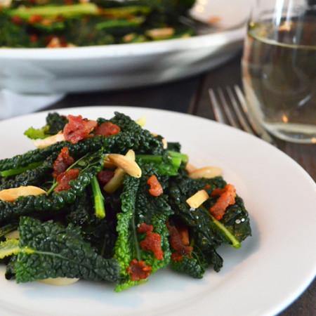 Chou Kale avec Bacon, Érable et Amandes Grillées