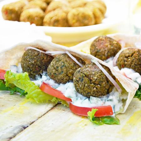 Boulettes Végétariennes au Cumin et à la Coriandre avec Yogourt Citronné
