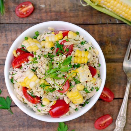 Salade d'Orzo au Poulet, Tomates et Maïs