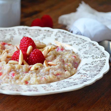 Gruau de Quinoa au Yogourt, Amandes et Framboises