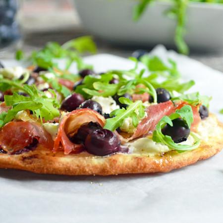 Pizza aux Bleuets, Prosciutto et Fromage de Chèvre