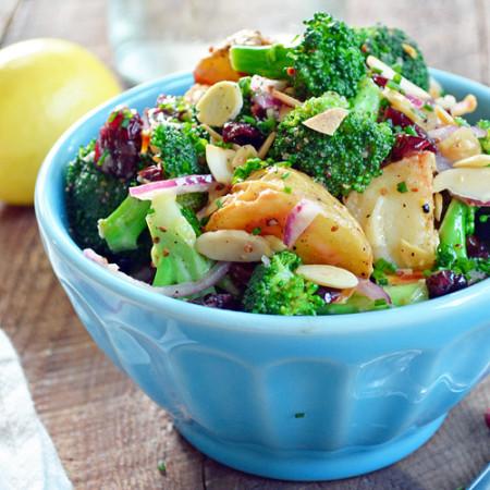 Salade de Brocoli et Pommes de Terre aux Amandes et Canneberges