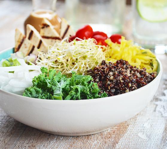 Bol santé aux Légumes, Quinoa et Tofu Grillé