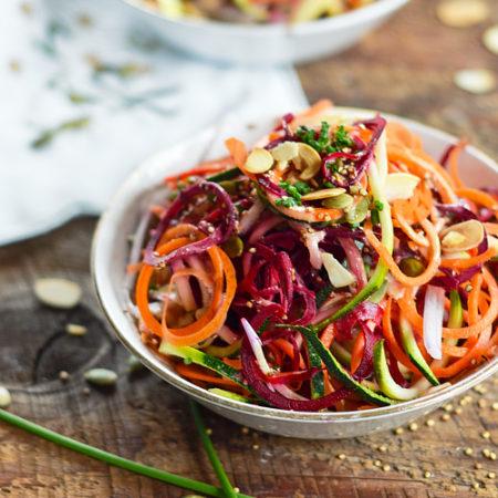 Salade de spirales de légumes et sa vinaigrette au beurre de graines de citrouille